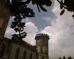 Башня в Ясной Поляне с облаками и деревьями * архитектура * цифровая фотография