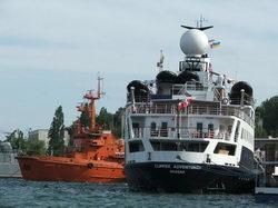 Круизное судно и пожарный катер * марина * цифровая фотография